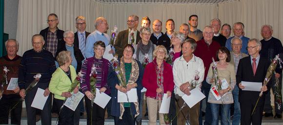 Die geehrten Mitglieder stellen sich zum Foto (Foto: Hellmann)