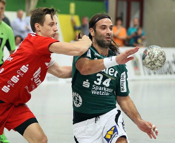 Julian Schneider im Zweikampf mit Wetzlars Weltstar Ivano Balic. (Foto: Horst Schaumann)
