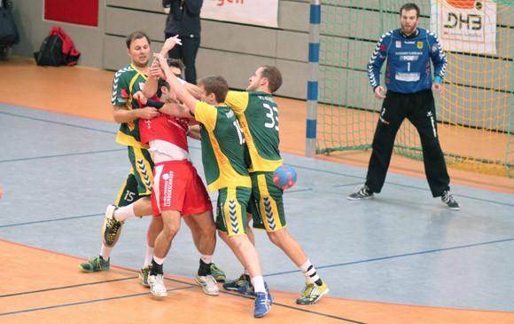 """""""Alle auf Ali"""" - Alen Sijaric muss sich hier am Kreis gleich vier Hagener Abwehrspieler vom Leib halten. (Foto: TuS Ferndorf)"""