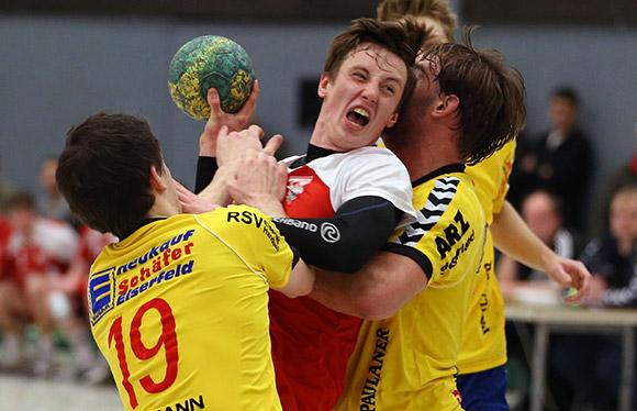 """Auch hier wird Goalgetter Julian Schneider von der Eiserfelder Abwehr """"unsanft"""" gebremst (Foto: Schaumann)"""
