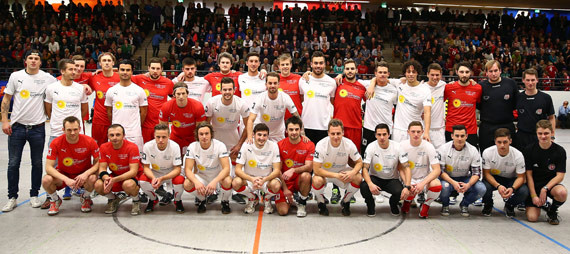 Die beiden Teams des Winterballs - TuS Ferndor und Sportfreunde Siegen. (Foto: Horst Schaumann)
