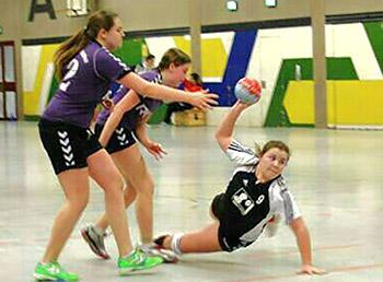 Leonie Schipper erzielt eines ihrer Tore (Foto: TuS Ferndorf)