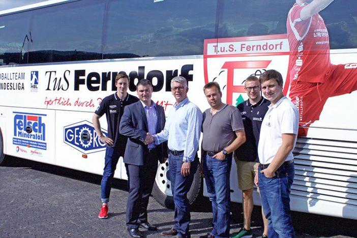 Julian Schneider, Jörg Mühlhaus (WernGroup), Frank Böcking, Stefan Ohrndorf (MTS), Kevin John, Michael Lerscht (v.l.n.r.) bei der Busübergabe