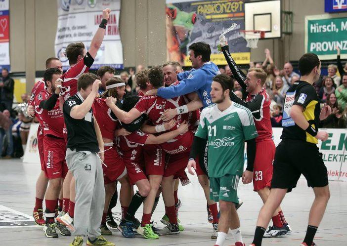 Riesenjubel nach dem Abpfiff bei Team und Fans (Foto: CST-Medien