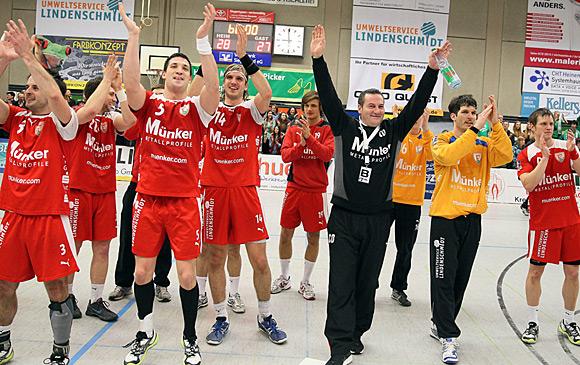 Großer Jubel über den Sieg und zwei Punkte (Foto: Schaumann)