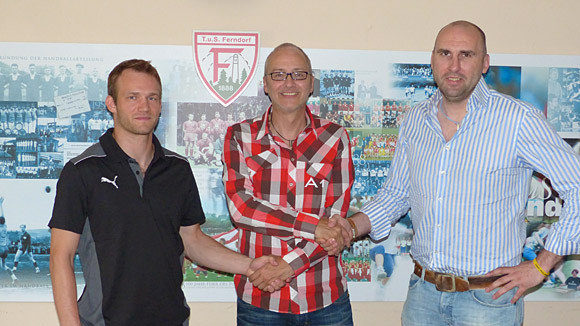 Roger Becker (Vorstand Öffentlichkeitsarbeit/Marketing) begrüßt David Breuer (links) und Erik Wudtke mit Handschlag. (Foto: TuS Ferndorf)