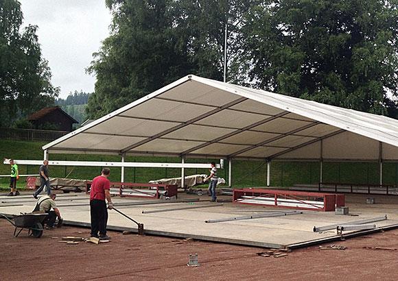 Das Festzelt wird momentan aufgebaut