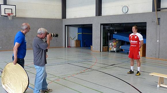 Fotograf Horst Schaumann bei der Arbeit, Roger Becker (Öffentlichkeitsarbeit) schaut ihm über die Schulter. (Foto: TuS Ferndorf)