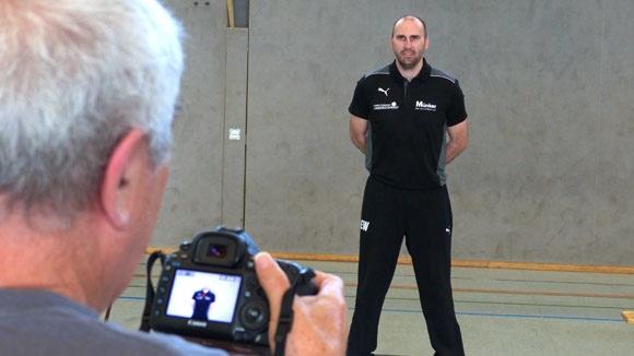 Trainer Erik Wudtke zeigte sich lächelnd im TuS-Outfit vor der Linse. (Foto: TuS Ferndorf)