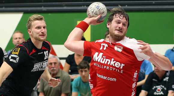 Bennet Johnen erzielt einen seiner Treffer gegen den OHV Aurich (Foto: Schaumann)