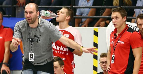 """""""Zu früh die Geduld verloren"""" - Trainer Erik Wudtke arbeitete mit dem Team das Aurich-Spiel auf. (Foto: Horst Schaumann)"""