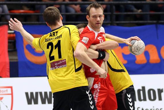 David Breuer setzt sich hier gegen zwei Düsseldorfer durch. (Foto: Horst Schaumann)