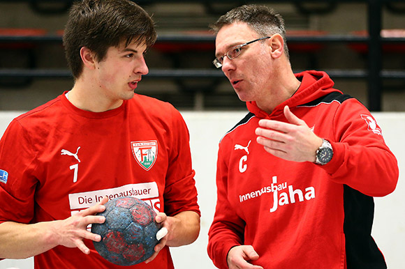 Trainer Hanjo Neeb gibt Anweisungen an Kreisläufer Fabian Benger (Foto: Schaumann)