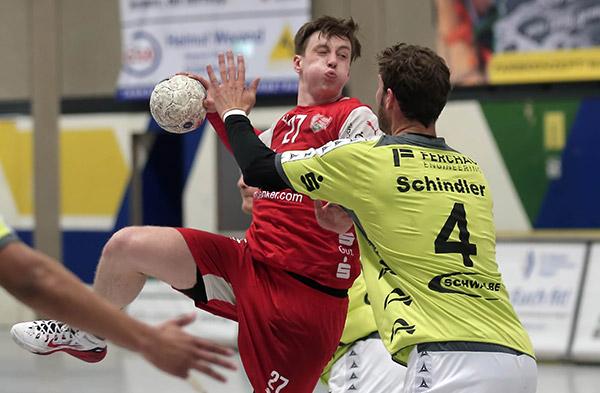 Julian Schneider setzt sich hier gegen VfL Kapitän Schindler durch (Foto: CST)