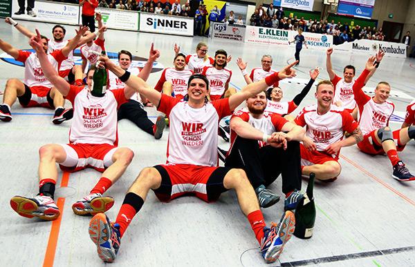 Am Ziel aller sportlichen Träume - Meisterfeier mit den Fans (Foto Schaumann)