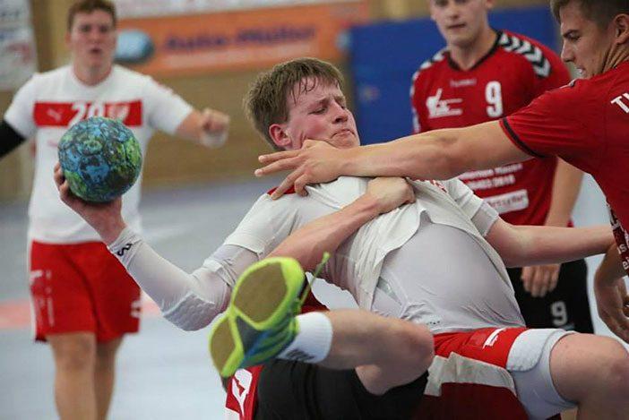 Die Leiden eines Nationalspieler - Mattis Michel wird hart attackiert (Foto: J.Klein)